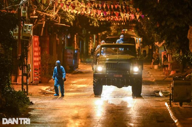 Xuyên đêm tẩy độc khử khuẩn nơi ở gần 6.000 người bị phong tỏa tại Gia Lâm - 18