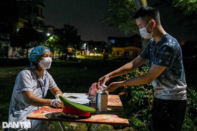 Xuyên đêm tẩy độc khử khuẩn nơi ở gần 6.000 người bị phong tỏa tại Gia Lâm - 2