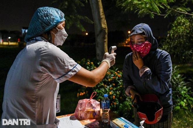 Xuyên đêm tẩy độc khử khuẩn nơi ở gần 6.000 người bị phong tỏa tại Gia Lâm - 3
