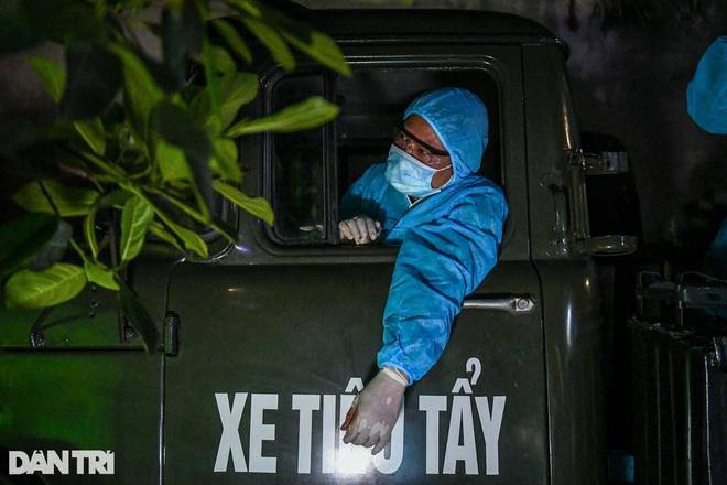 Xuyên đêm tẩy độc khử khuẩn nơi ở gần 6.000 người bị phong tỏa tại Gia Lâm - 6