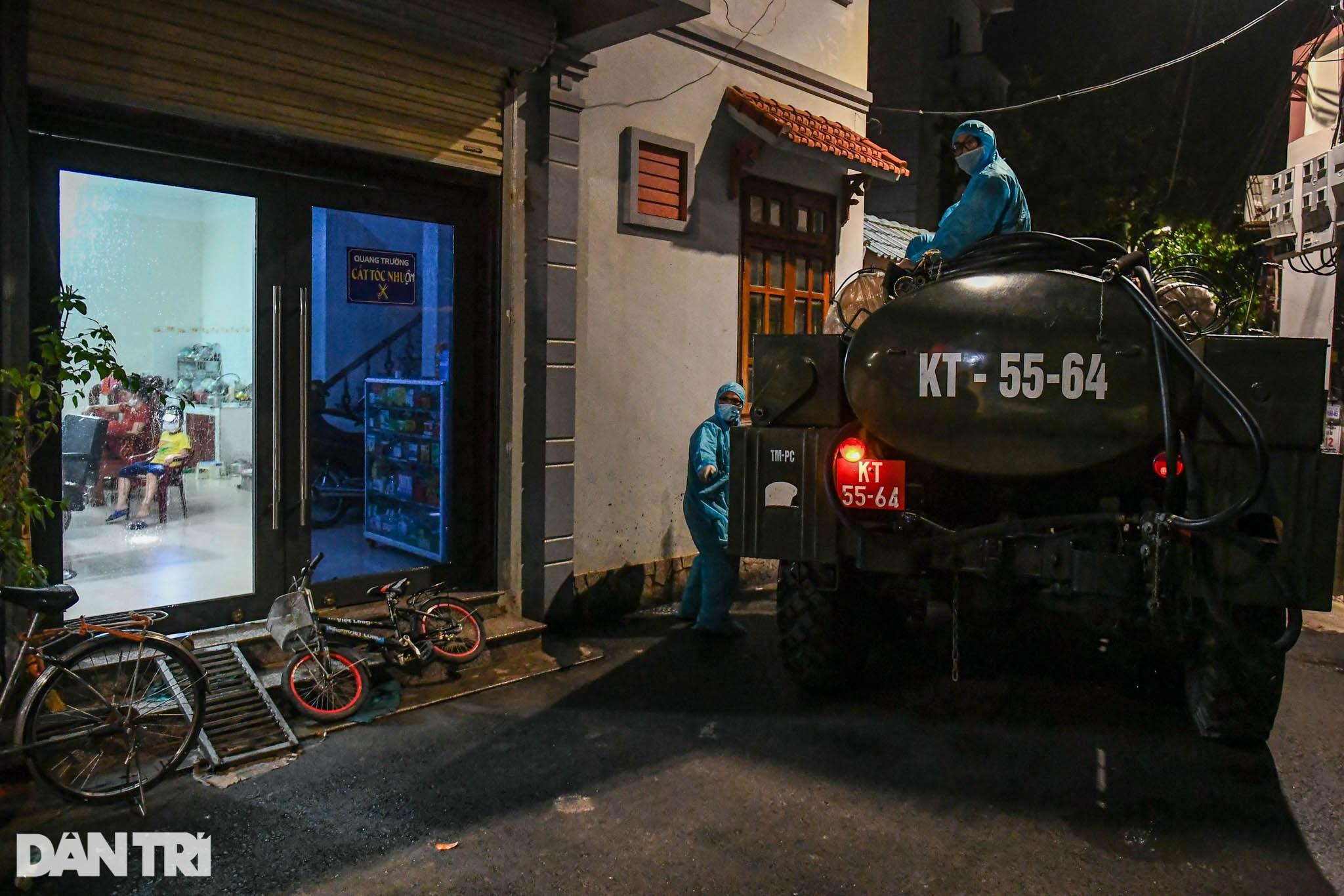 Xuyên đêm tẩy độc khử khuẩn nơi ở gần 6.000 người bị phong tỏa tại Gia Lâm - 11