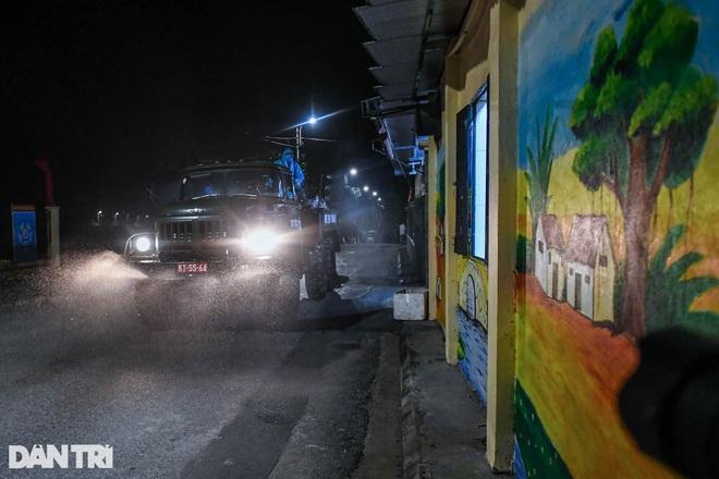 Xuyên đêm tẩy độc khử khuẩn nơi ở gần 6.000 người bị phong tỏa tại Gia Lâm - 10