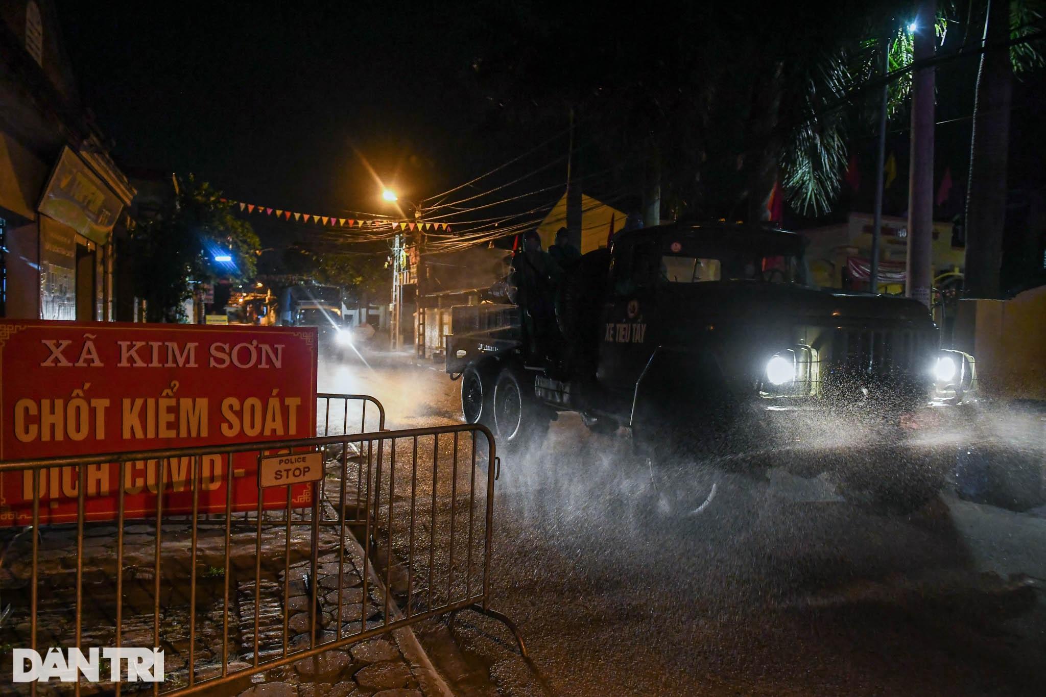 Xuyên đêm tẩy độc khử khuẩn nơi ở gần 6.000 người bị phong tỏa tại Gia Lâm - 16
