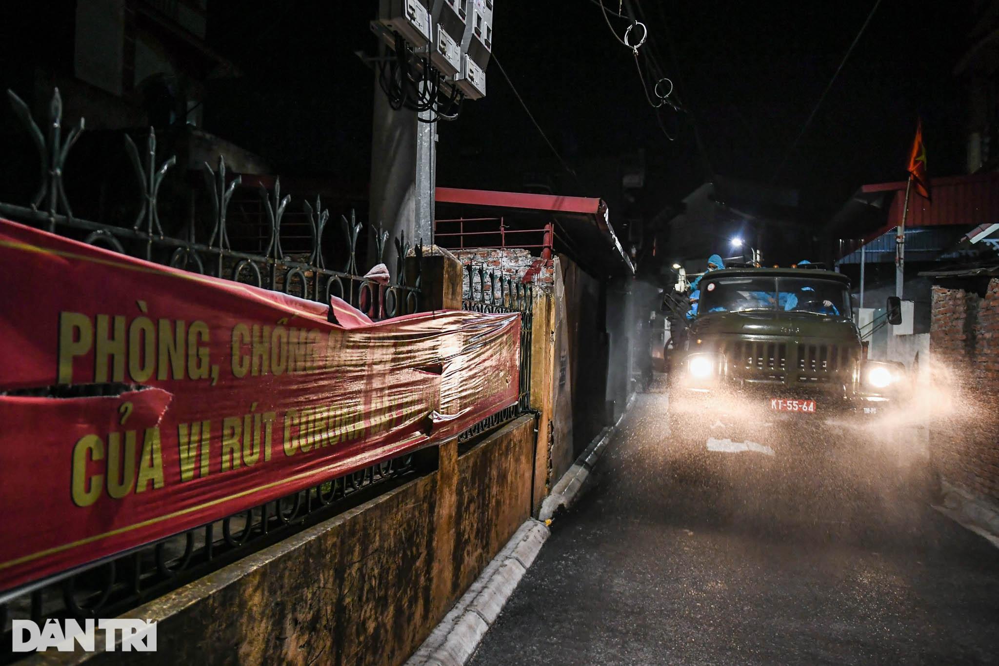 Xuyên đêm tẩy độc khử khuẩn nơi ở gần 6.000 người bị phong tỏa tại Gia Lâm - 5