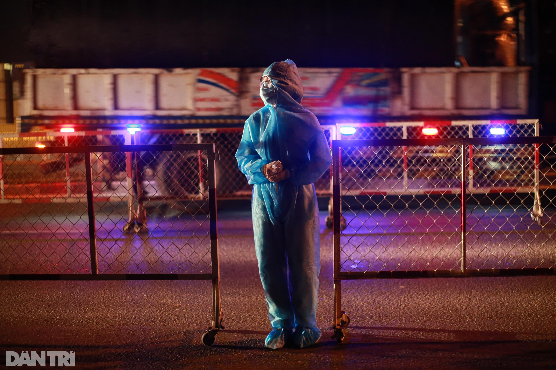 Nữ bác sĩ trắng đêm trực chốt kiểm dịch Covid-19 ở cửa ngõ TPHCM - 11