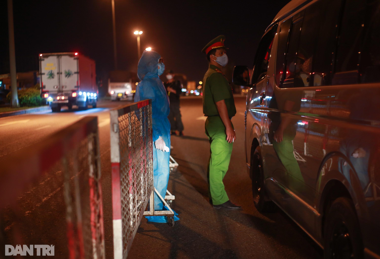 Nữ bác sĩ trắng đêm trực chốt kiểm dịch Covid-19 ở cửa ngõ TPHCM - 4
