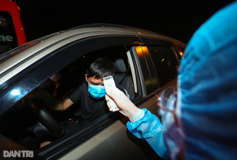 Nữ bác sĩ trắng đêm trực chốt kiểm dịch Covid-19 ở cửa ngõ TPHCM - 6