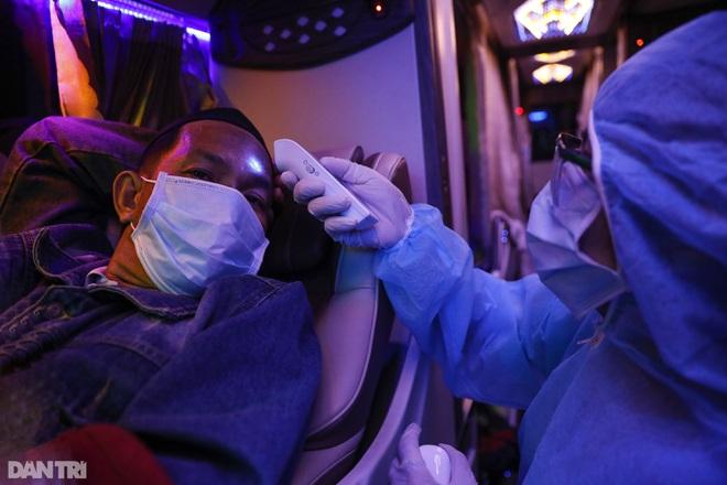 Nữ bác sĩ trắng đêm trực chốt kiểm dịch Covid-19 ở cửa ngõ TPHCM - 9