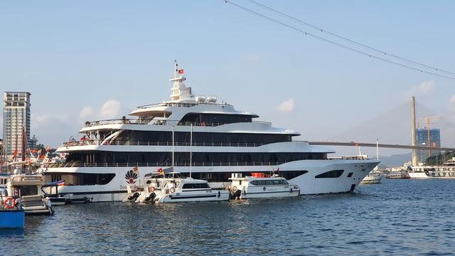 Cận cảnh những con tàu tiền tỉ đắp chiếu tại Cảng do bão Covid-19 - 5