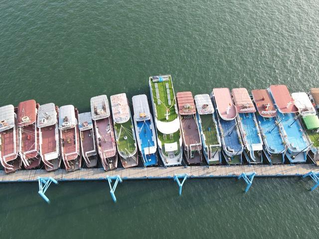 Cận cảnh những con tàu tiền tỉ đắp chiếu tại Cảng do bão Covid-19 - 3