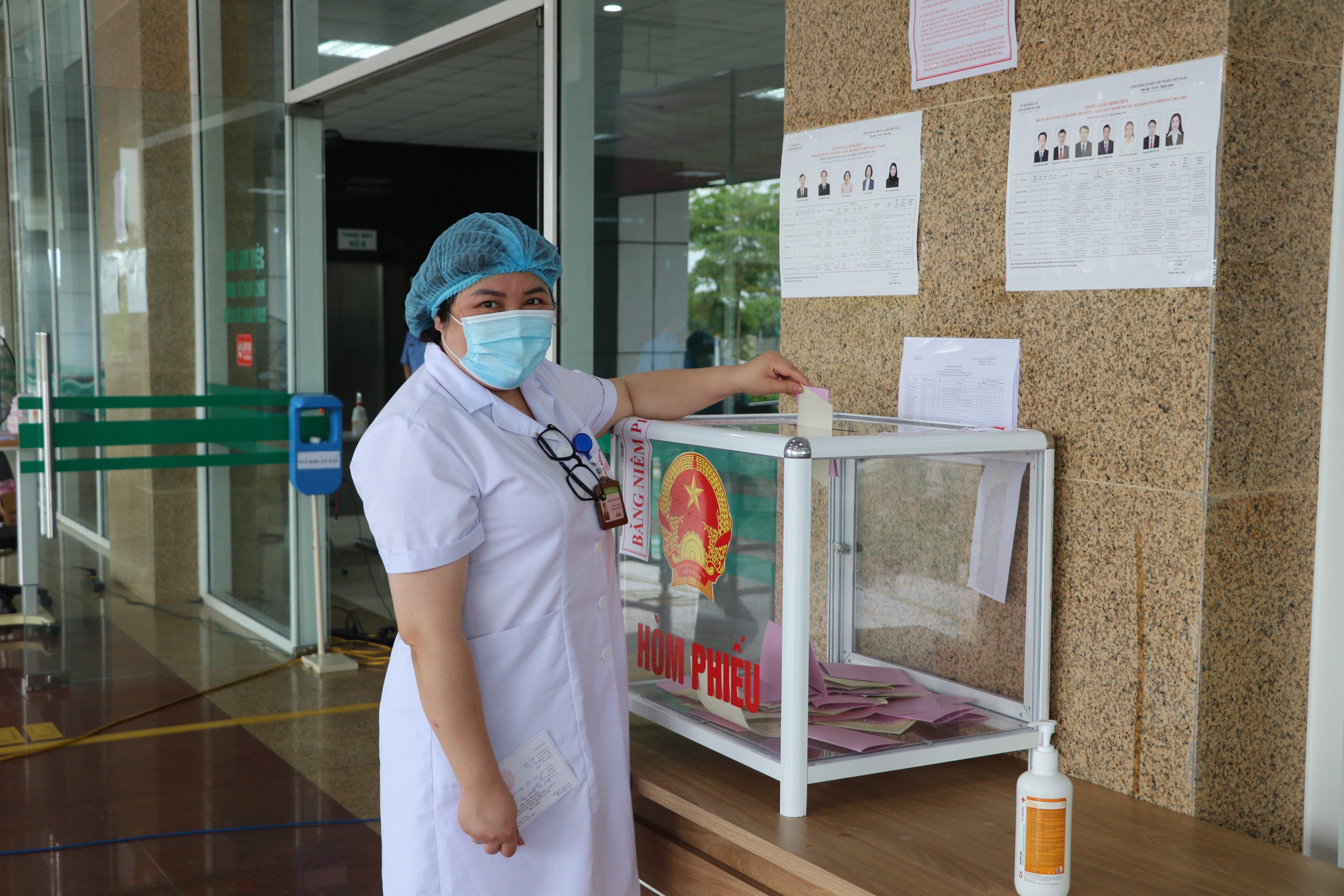 Những hình ảnh đặc biệt tại điểm bỏ phiếu ở Bệnh viện Bệnh Nhiệt đới Trung ương cơ sở Kim Chung
