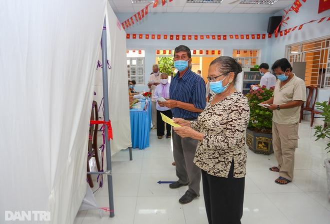 Ông lão chèo ghe hai giờ đồng hồ đi bầu cử ở xã đảo Thạnh An - 15