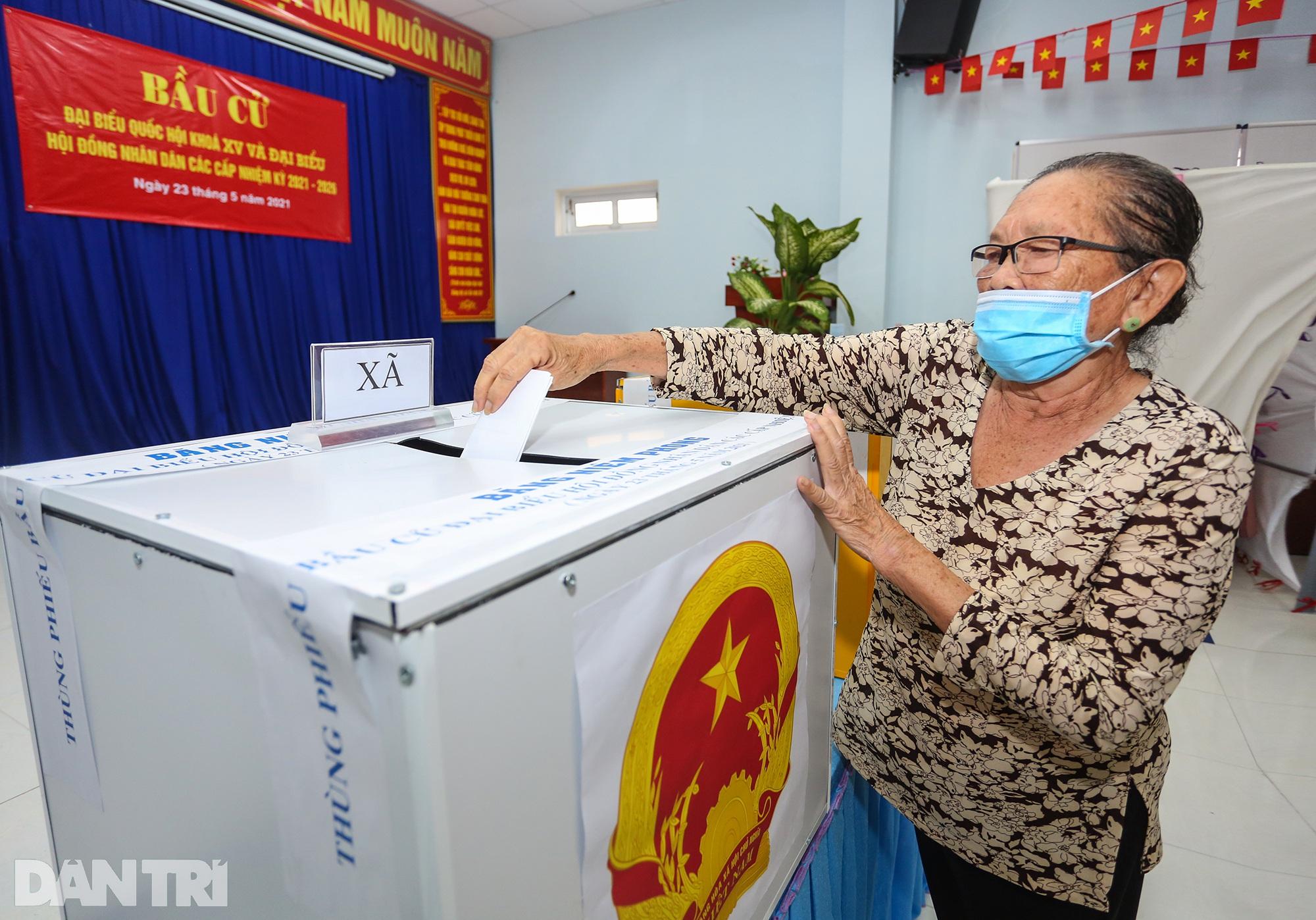 Ông lão chèo ghe hai giờ đồng hồ đi bầu cử ở xã đảo Thạnh An - 16