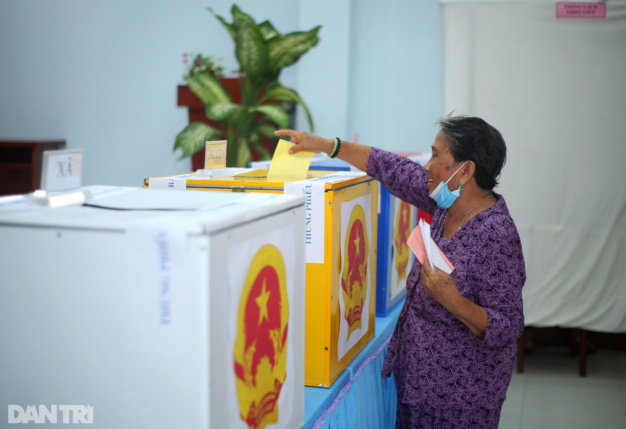 Ông lão chèo ghe hai giờ đồng hồ đi bầu cử ở xã đảo Thạnh An - 18