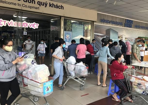 """TP HCM: Sau lệnh giãn cách xã hội, siêu thị đông nghẹt, """"cạn"""" hàng"""