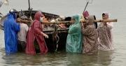 Bão số 5 giảm cấp độ khi vào bờ, cảnh báo các tỉnh miền Trung mưa rất to
