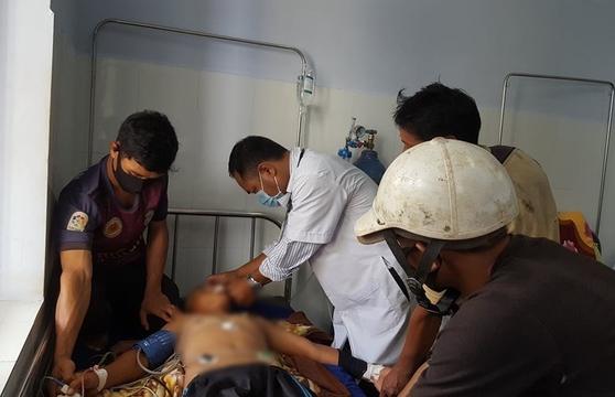 Bị sét đánh khi đang gặt lúa, 3 người thương vong