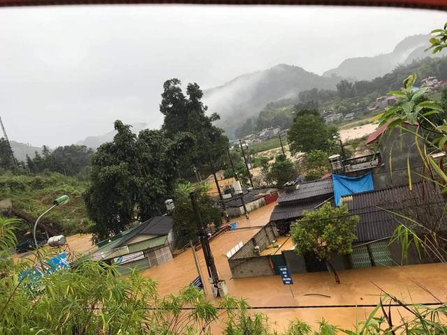 Mưa lớn, lũ sông Hồng dâng cao gây ngập nhiều nơi ở Lào Cai - 2