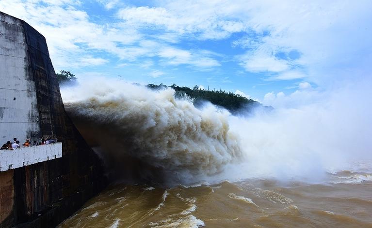 Thủy điện Hòa Bình xả lũ