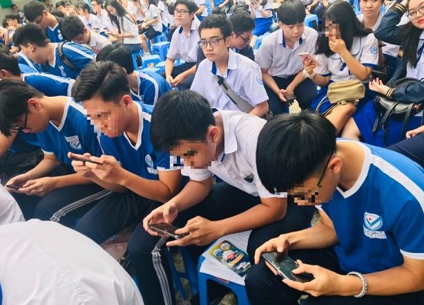 """Smartphone làm """"tê liệt"""" học trò"""