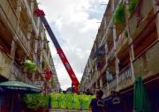 Dùng xe cẩu vận chuyển nhu yếu phẩm tới người dân sống tại chung cư TP HCM