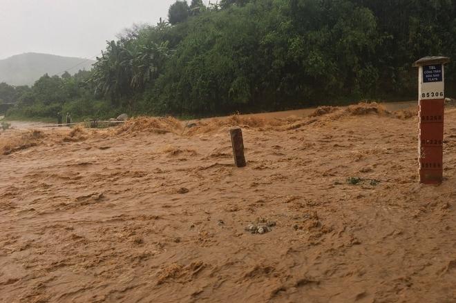 Bão số 5 gây mưa lớn và sạt lở, ách tắc nhiều tuyến đường