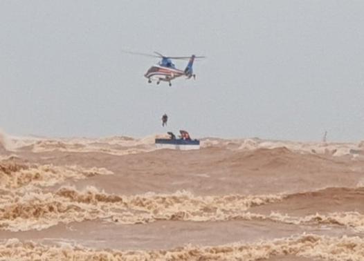Cận cảnh trực thăng tiếp cận, giải cứu các thuyền viên trên tàu gặp nạn