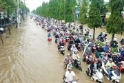 """Đường phố Cần Thơ mênh mông như sông, dòng phương tiện """"bì bõm"""" lội"""