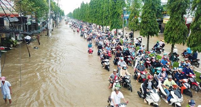 Đường phố Cần Thơ mênh mông như sông, dòng phương tiện bì bõm lội - 1
