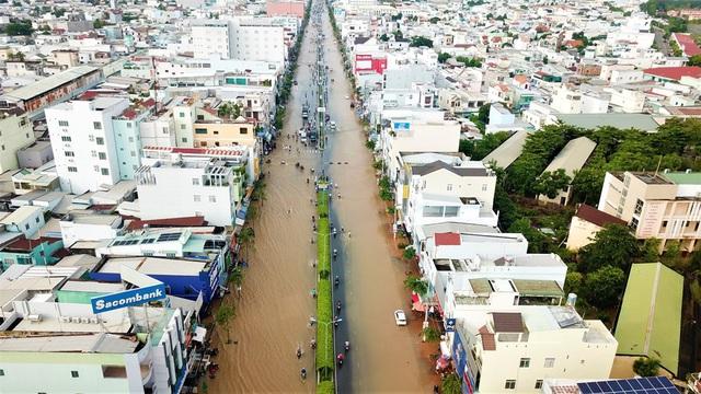 Đường phố Cần Thơ mênh mông như sông, dòng phương tiện bì bõm lội - 7