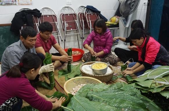 Người dân góp gạo thịt, xuyên đêm nấu bánh chưng cứu trợ đồng bào vùng lũ