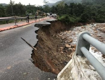 """""""Điểm danh""""các đoạn đường ngập lụt, sạt lở tại miền Trung"""