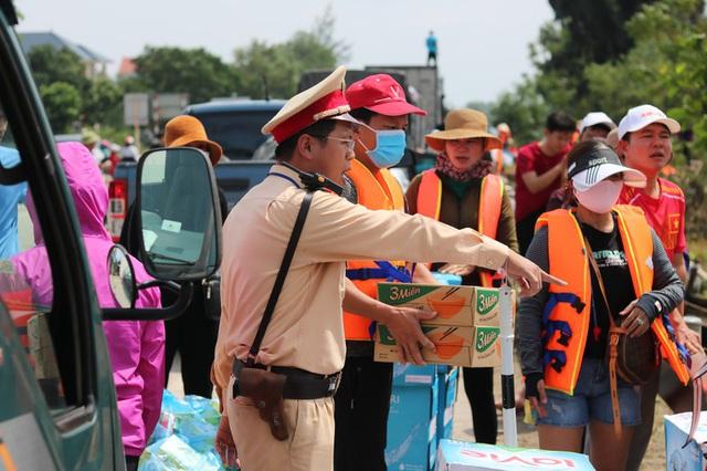 Hàng trăm đoàn thiện nguyện hướng về Quảng Bình, cứu trợ người dân vùng lũ - 4