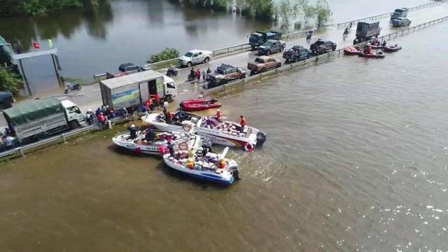 Hàng trăm đoàn thiện nguyện hướng về Quảng Bình, cứu trợ người dân vùng lũ - 6