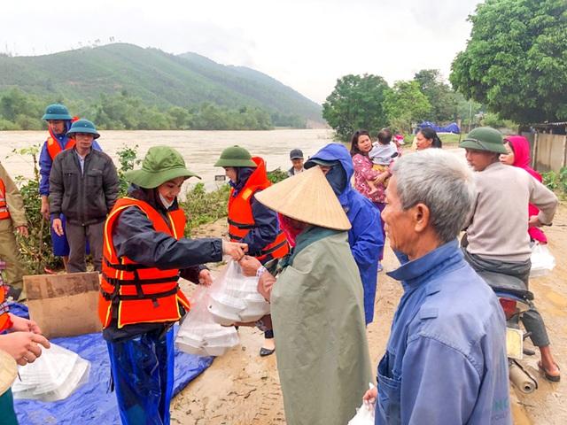 Hàng trăm đoàn thiện nguyện hướng về Quảng Bình, cứu trợ người dân vùng lũ - 10