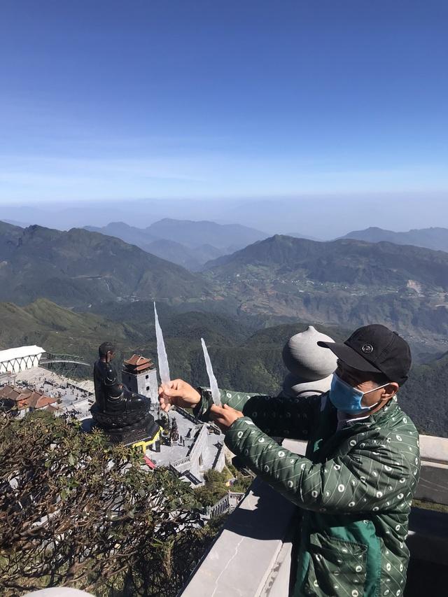 Băng giá bất ngờ xuất hiện trên đỉnh Fansipan giữa tháng 10 - 2