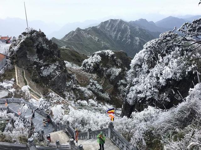 Băng giá bất ngờ xuất hiện trên đỉnh Fansipan giữa tháng 10 - 3