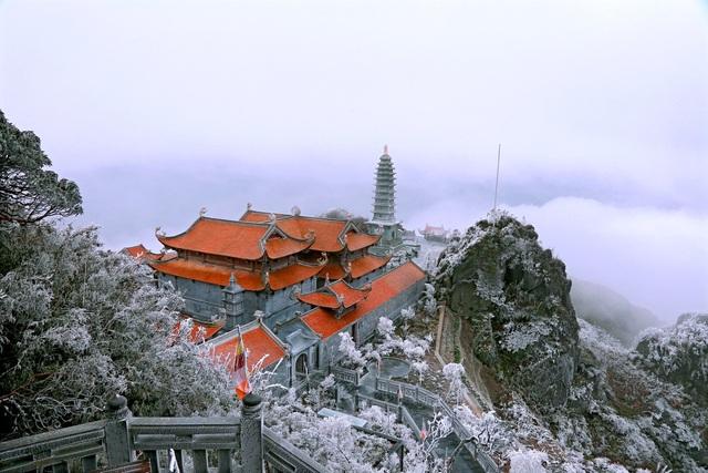 Băng giá bất ngờ xuất hiện trên đỉnh Fansipan giữa tháng 10 - 4