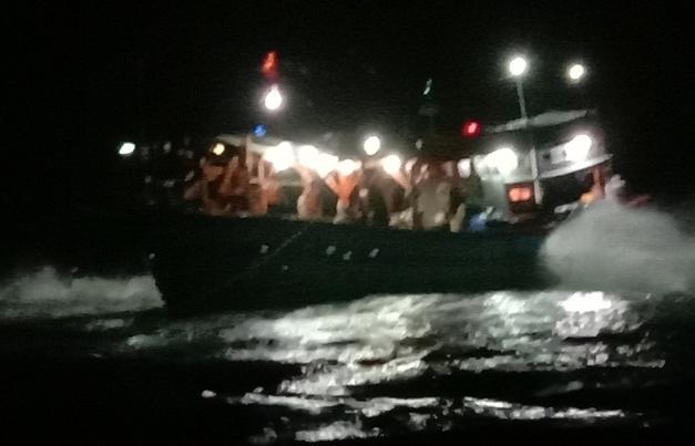 Xuyên đêm giải cứu tàu cá mắc cạn ở đảo Lý Sơn