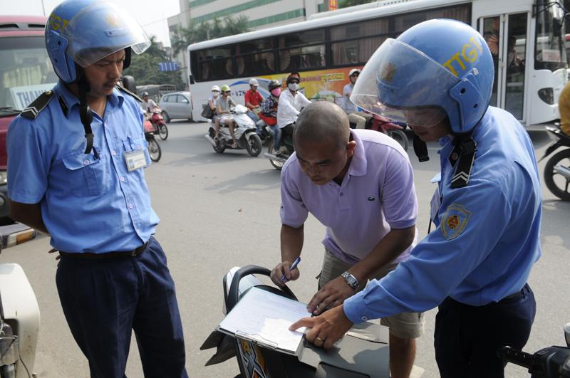 Có nên cấm Thanh tra giao thông dừng xe trên đường?