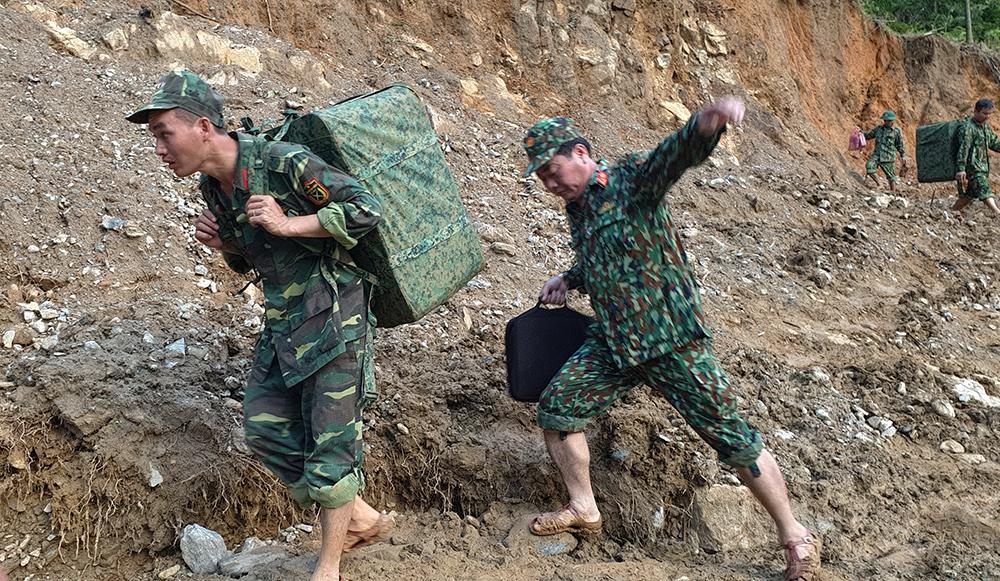 Sử dụng chó nghiệp vụ và flycam tìm kiếm nạn nhân ở Trà Leng