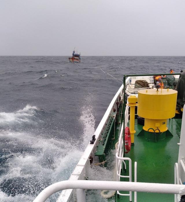 Vụ 26 ngư dân chìm tàu: 11 người gặp nạn trong khi tìm kiếm đã về an toàn - 1
