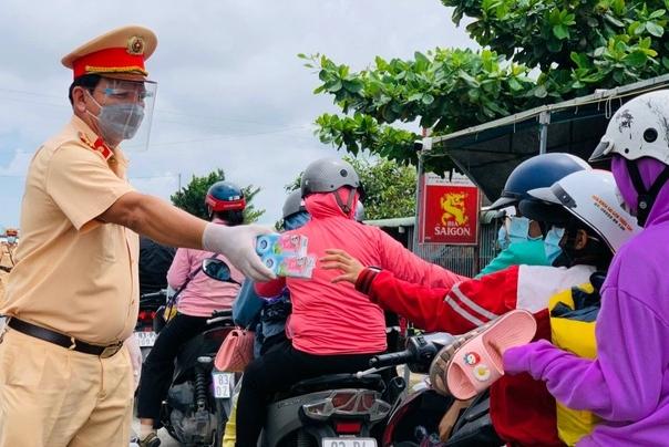 Nghìn người mắc kẹt trên đường: Các tỉnh miền Tây đón công dân như thế nào?