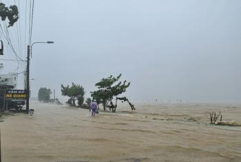 Miền Trung: Nước lũ và sạt lở đất đá chia cắt nhiều tuyến đường