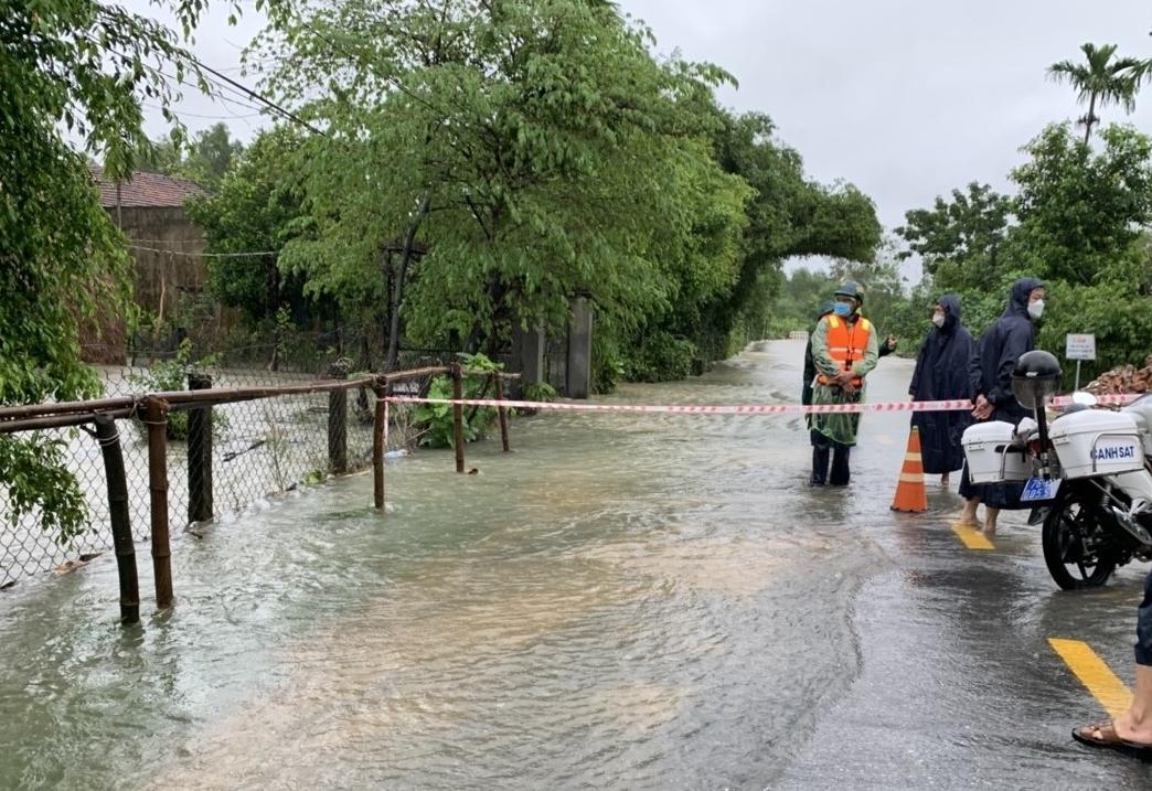 Quảng Ngãi ngập nặng do nước lũ, giao thông tê liệt