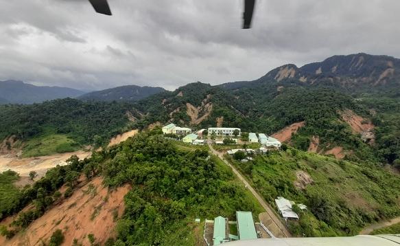 Sạt lở ở Phước Sơn: Trực thăng thả chuyến hàng đầu tiên xuống vùng cô lập