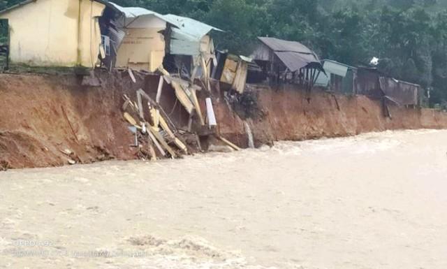 2 người chết và mất tích, hàng chục nhà dân bị sập đổ do mưa lũ