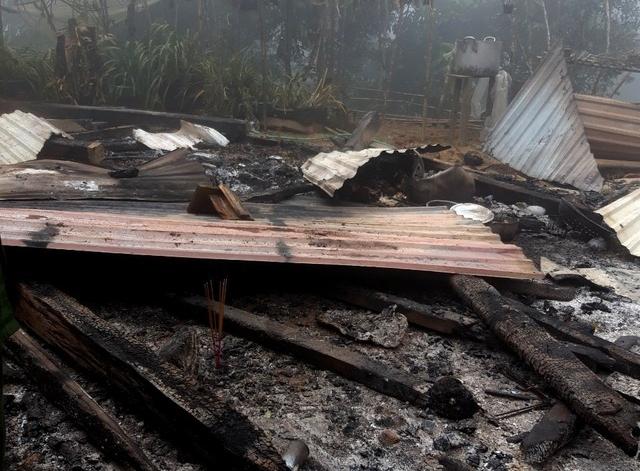 Ngôi nhà gỗ bốc cháy, 2 cháu nhỏ tử vong thương tâm