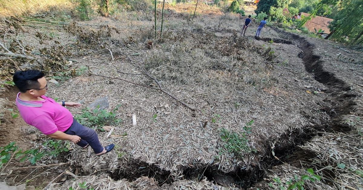 Nghệ An: Sụt lún cả quả đồi, 17 hộ dân di dời khẩn cấp