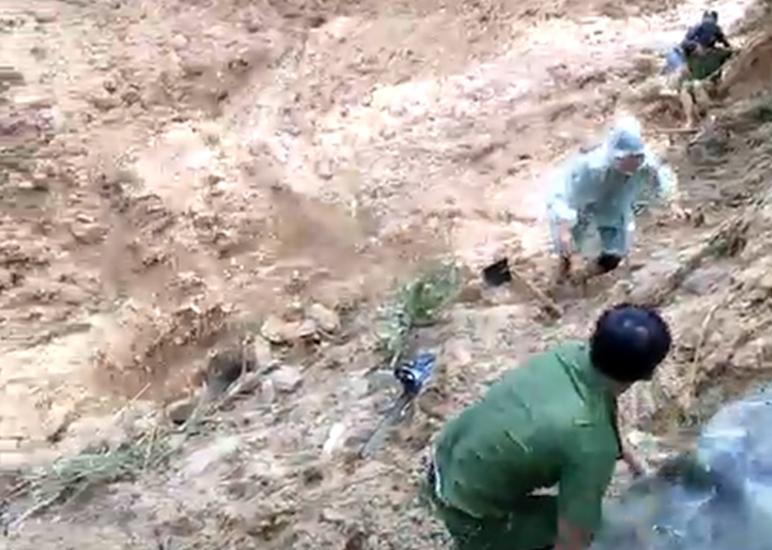 Tìm kiếm nạn nhân bị vùi lấp do sạt lở, hàng chục người thoát chết trong gang tấc